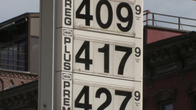 stockvideo's en b-roll-footage met close up of gas prices at a gas station in new york - benzineprijzen