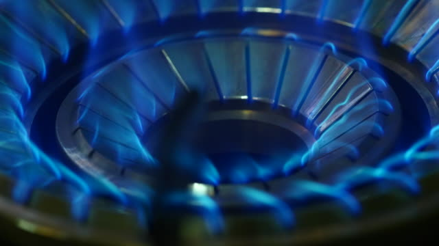 stockvideo's en b-roll-footage met close up van gas stove vlammen - vlam