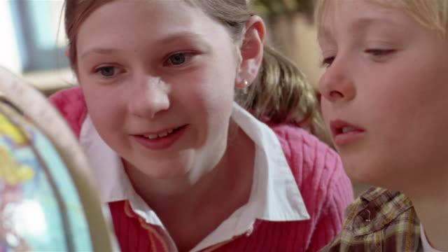 vídeos y material grabado en eventos de stock de close up of girl and boy looking at globe / gorham, maine - globo terráqueo para escritorio