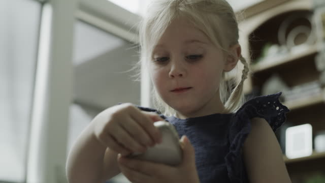 stockvideo's en b-roll-footage met close up of girl showing photograph of santa on cell phone / cedar hills, utah, united states - videoportret