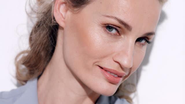 close up of glamorous mature woman. - 美しい人点の映像素材/bロール