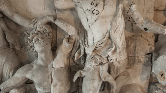 close up of great altar of pergamon - figura maschile video stock e b–roll
