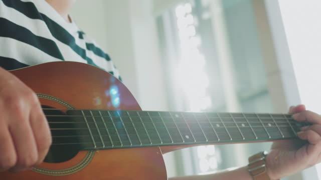 Close-up van gitarist speelt gitaar