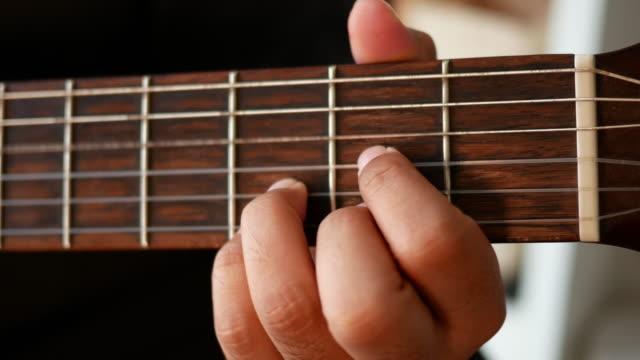 nahaufnahme eines gitarristen hände - akkord stock-videos und b-roll-filmmaterial