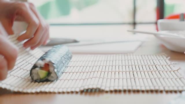 vídeos de stock e filmes b-roll de close up of hand preparing ingredient for making sushi homemade - feito em casa