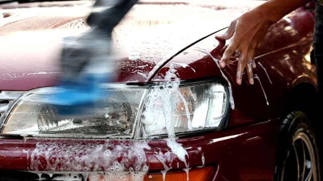 vídeos de stock e filmes b-roll de close up of hand wash car - porta sabonete líquido