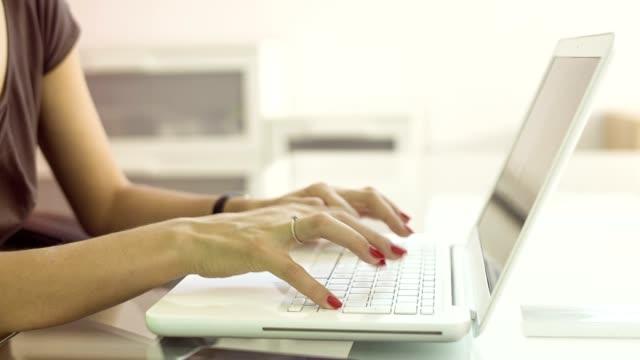 nahaufnahme der hände auf laptop - ausgebleicht stock-videos und b-roll-filmmaterial