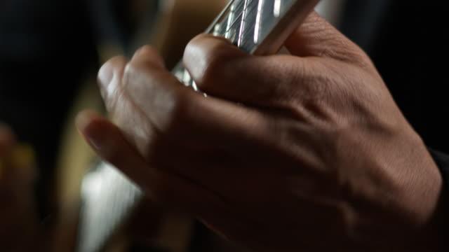 vídeos y material grabado en eventos de stock de close up of hands playing a guitar - diapasón instrumento de cuerdas