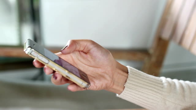 stockvideo's en b-roll-footage met close up van handen met behulp van mobiele smartphone - hd format