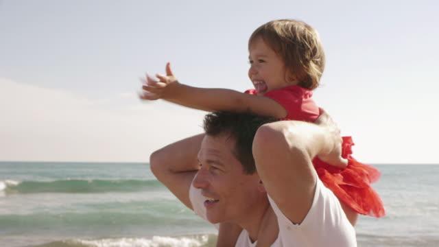 vídeos y material grabado en eventos de stock de close up of happy little girl on her father's shoulders/marbella region, spain - three quarter length