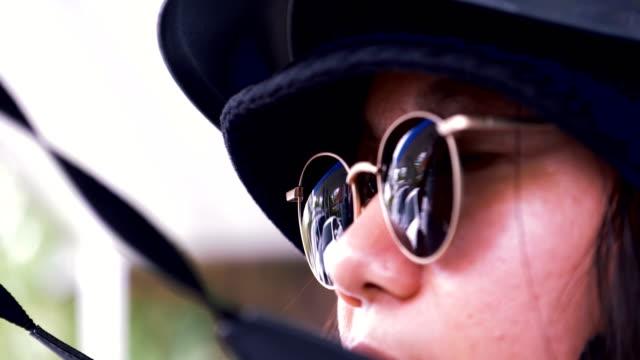 ヒップスターのクローズ アップ写真はサングラスを装着したままカメラを取っています。 - デジタル一眼レフカメラ点の映像素材/bロール