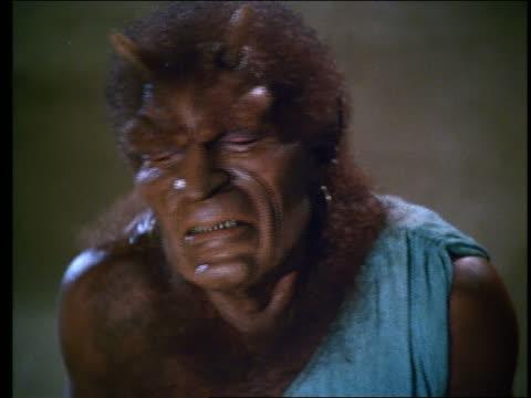 vídeos de stock, filmes e b-roll de close up of horned monster grimacing in anguish - monstro