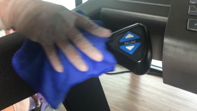 vídeos de stock, filmes e b-roll de close-up de limpeza limpeza equipamentos de academia - equipamento para exercícios