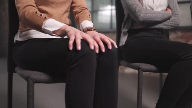 nahaufnahme von ungeduldigen menschen, die auf ein vorstellungsgespräch warten. - negative emotion stock-videos und b-roll-filmmaterial