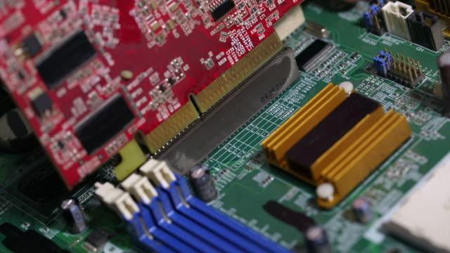 マザーボードにグラフィックカードを取り付けます。 - 中央演算処理装置点の映像素材/bロール