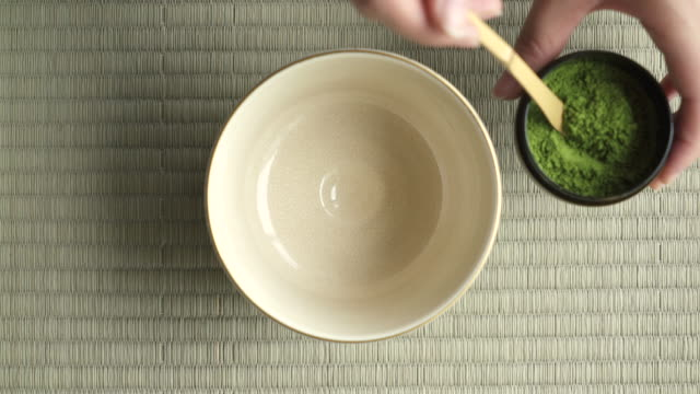 stockvideo's en b-roll-footage met close up of japanese green tea (matcha) - ceremonie