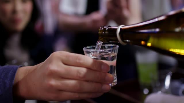 日本酒のクローズアップ - 居酒屋点の映像素材/bロール