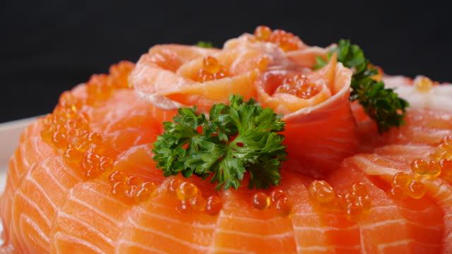 日本食刺身サーモンクローズアップ - 高級グルメ点の映像素材/bロール