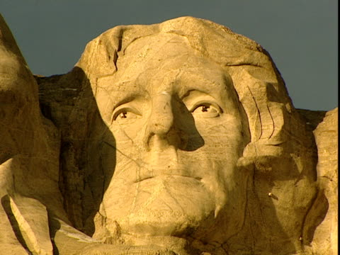 a close up of jefferson is featured on mount rushmore. - hügelkette stock-videos und b-roll-filmmaterial