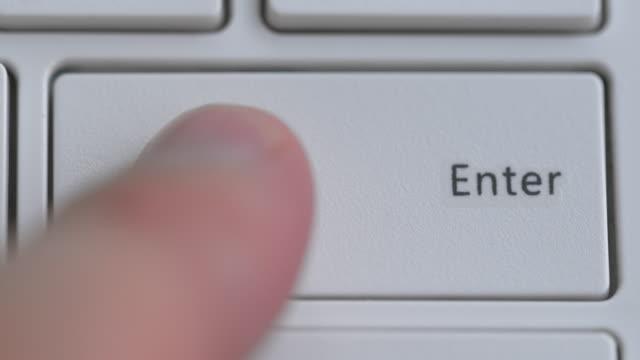 キーボードを閉じ、入力ボタンにフォーカス - コンピュータハードウェア点の映像素材/bロール