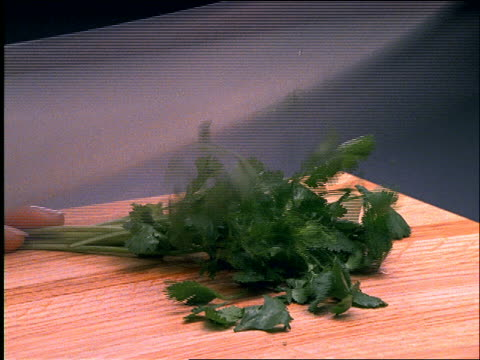 close up of knife chopping parsley - parsley 個影片檔及 b 捲影像