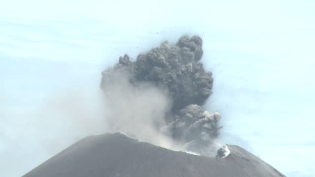 close up of large daytime eruption at anak krakatau volcano, krakatoa, indonesia, november 2010 - 噴出点の映像素材/bロール