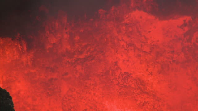 stockvideo's en b-roll-footage met close up of lava boiling vigorously in volcanic crater, marum volcano, ambrym island, vanuatu - spring flowing water