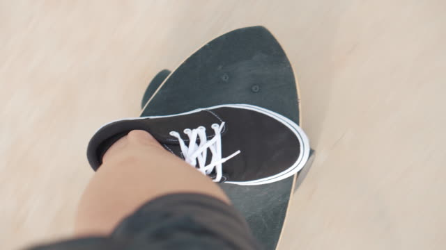 vídeos de stock, filmes e b-roll de feche acima das pernas no skate - perspectiva pessoal