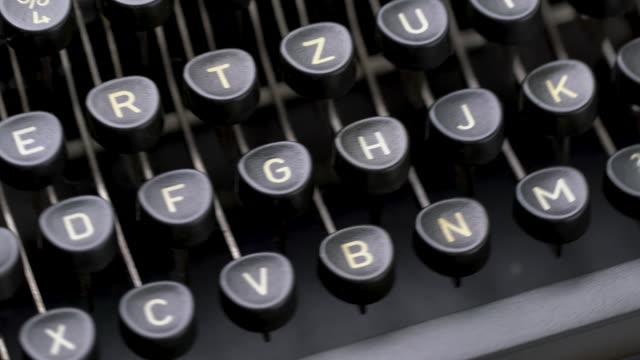 vidéos et rushes de 4k fermez-vous vers le haut de la lettre dans la machine à écrire de modèle rétro dans le studio - objet en papier