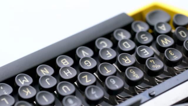 スタジオでレトロ&ヴィンテージスタイルのタイプライターで文字の4kクローズアップ - タイプライター点の映像素材/bロール