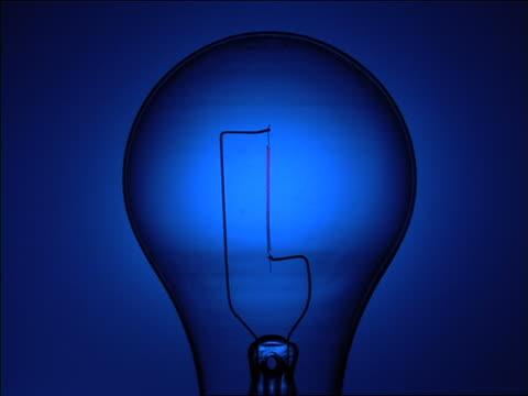 vídeos de stock, filmes e b-roll de close up of lightbulb turning on then turning off - lâmpada