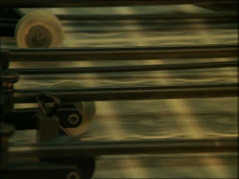 close up of machinery printing money - nachrichtenredaktion stock-videos und b-roll-filmmaterial