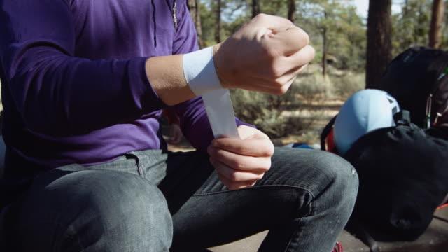 男性ロック ・ クライマーの手をテーピングのクローズ アップ - 絆創膏点の映像素材/bロール