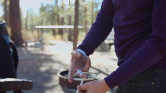 男性ロック ・ クライマーの手をテーピングのクローズ アップ - エンジェルス国有林点の映像素材/bロール