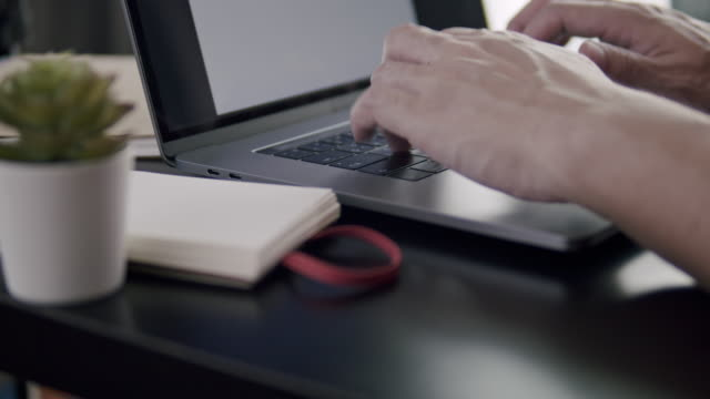 stockvideo's en b-roll-footage met sluit omhoog van mensenhanden die laptopcomputer gebruiken die zijn werk typt. blogger die zijn artikel schrijft met behulp van de computer. - artikel