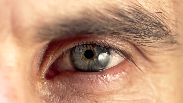 4 k が人間の青い目のクローズ アップ。スローモーション。 - アヤメ属点の映像素材/bロール