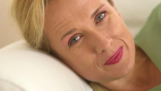 vídeos de stock, filmes e b-roll de close up of mature woman smiling - só uma mulher madura