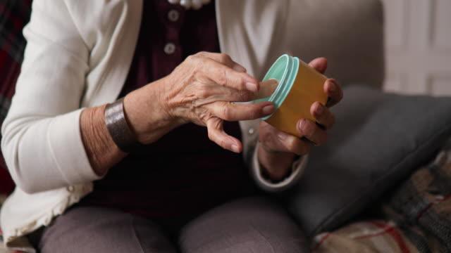 vídeos de stock, filmes e b-roll de feche das mãos da mulher madura. cuidados de saúde, dando, lar de idosos. - pele humana