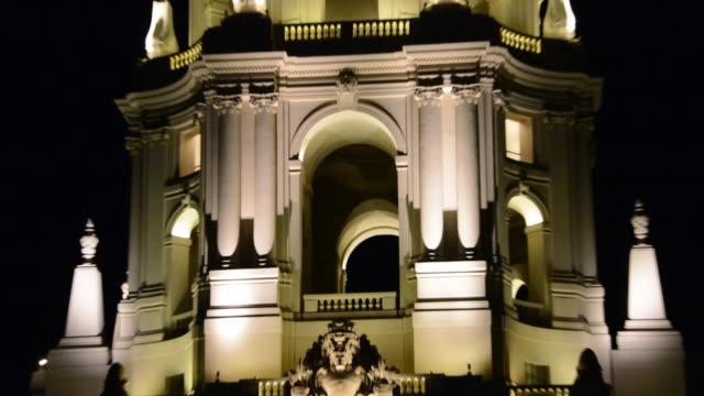 vídeos de stock e filmes b-roll de close up of mediterranean architectural style dome, zoom out to show the pasadena city hall at night all lit up, pasadena, california, night city... - planeamento civil de emergência