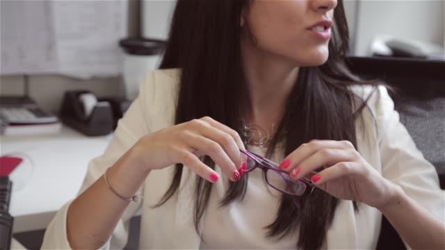 vídeos y material grabado en eventos de stock de close up of middle eastern female executive's hands discussing an idea - esmalte de uñas rojo