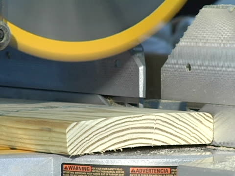 vídeos de stock, filmes e b-roll de close-up de miter viu corte de madeira - serra circular