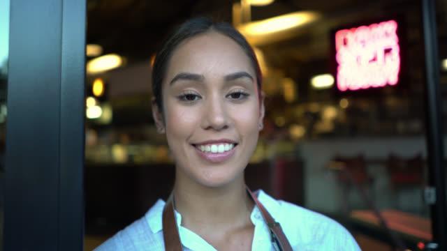 vídeos de stock, filmes e b-roll de close-up de empresário de raça mista de uma padaria, olhando para a câmera sorrindo - employee