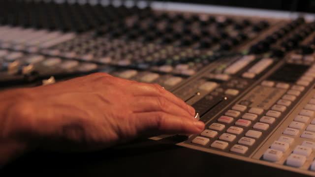 vidéos et rushes de gros plan du panneau de contrôle de mélanger - studio de travail
