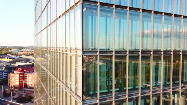 stockvideo's en b-roll-footage met close up van moderne glas en staal gebouw - gevel
