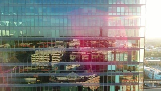 stockvideo's en b-roll-footage met close up van moderne glas en staal gebouw - kantoorgebouw