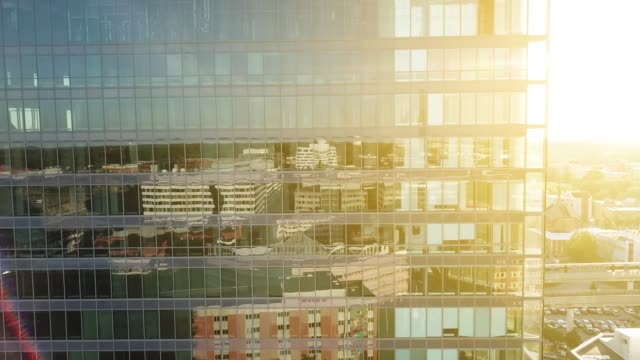 stockvideo's en b-roll-footage met close up van moderne glas en staal gebouw - staal