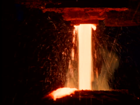 vídeos de stock, filmes e b-roll de close up of molten metal pouring in steel mill / brazil - metarlúgica