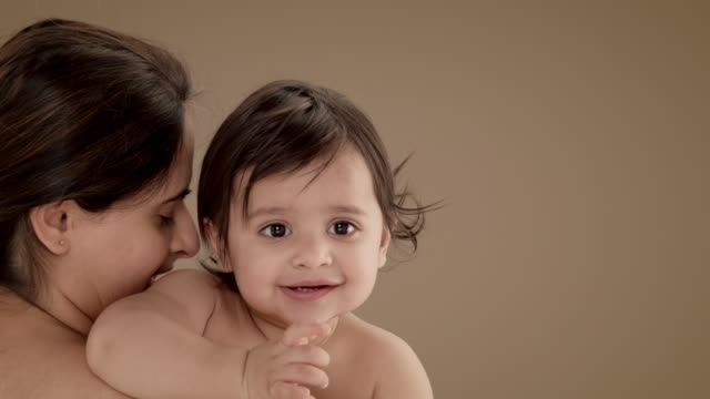 vidéos et rushes de close up of mother holding and kissing baby boy (11-12 months) - 12 17 mois