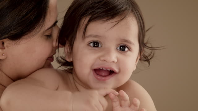 vidéos et rushes de close up of mother holding and kissing smiling baby boy (11-12 months) - 12 17 mois