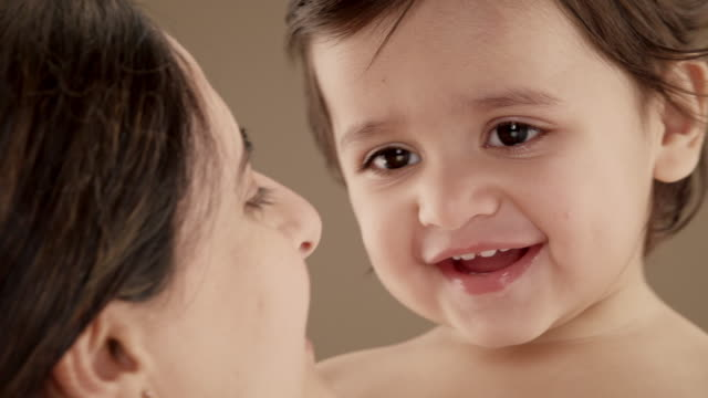 vidéos et rushes de close up of mother holding and playing with baby boy (11-12 months) - 12 17 mois